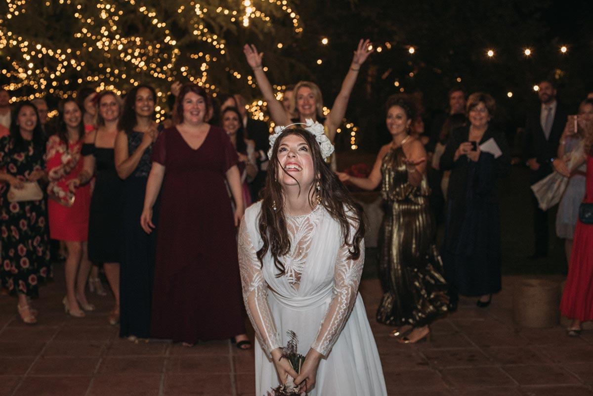 Boda de noche llena de luces | novia lanzar el ramo | Bodas de Cuento