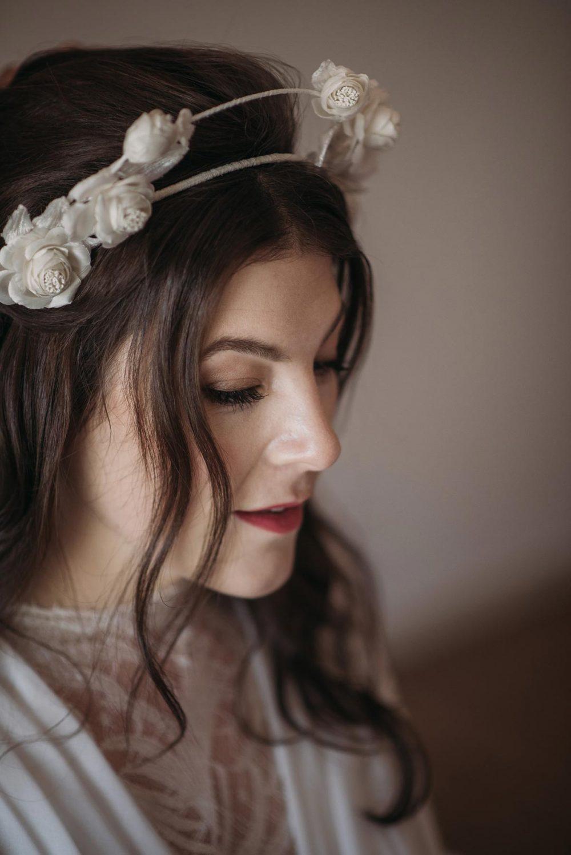 novia romántica corona flores blanca