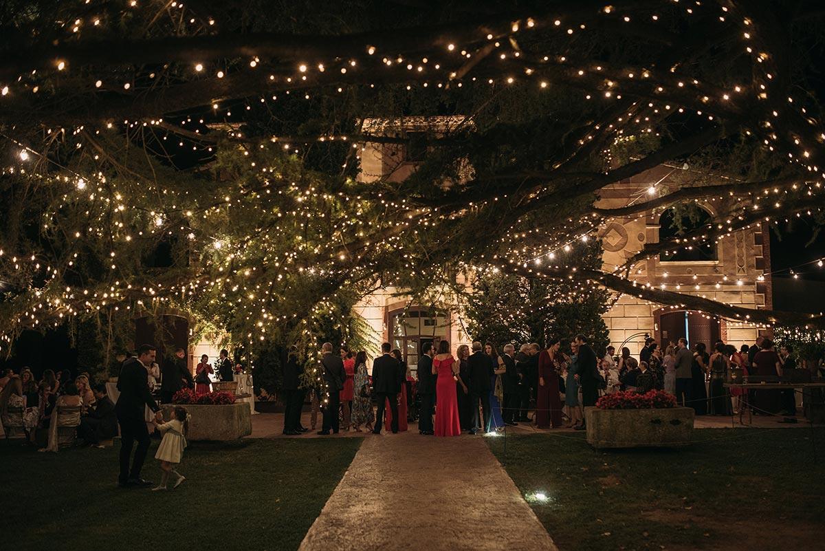 Boda de noche llena de luces | iluminación jardín | Bodas de Cuento