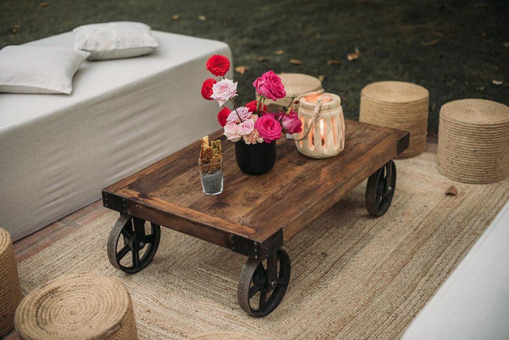 chillout boda mesa de madera rústica y puffs | Bodas de Cuento