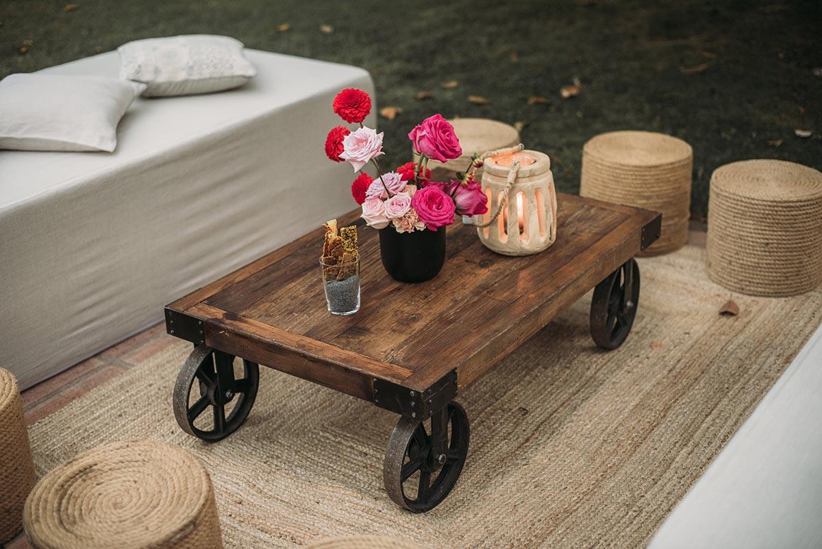 chillout boda mesa baja de madera rústica industrial puffs de cuerda farolillo | Bodas de Cuento