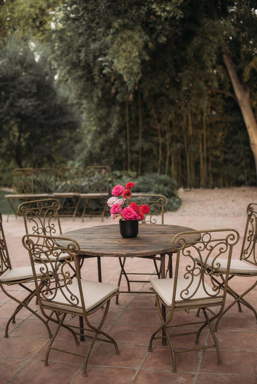 cocktail boda mesa de madera rústica y sillas de forja | Bodas de Cuento