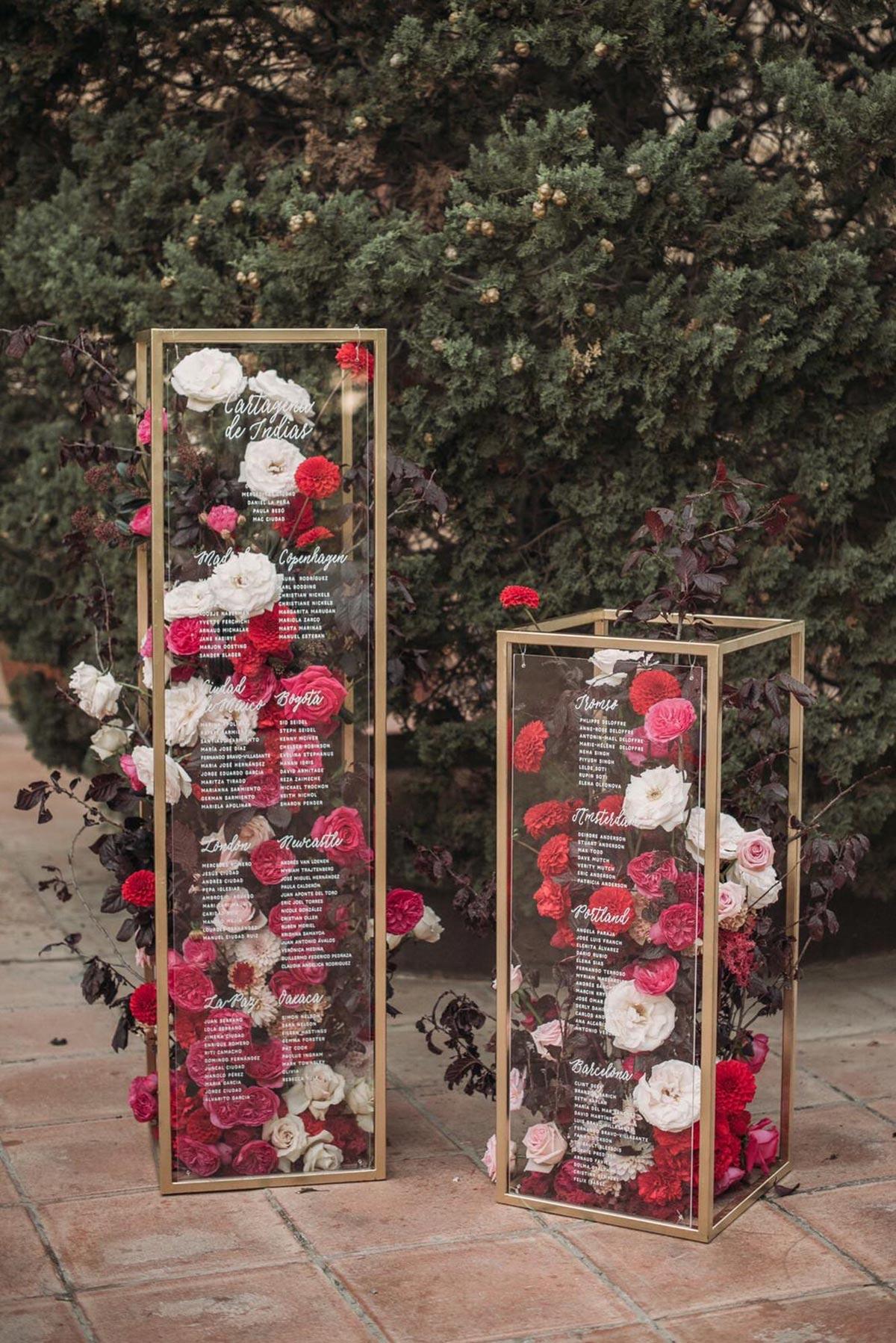 Boda de noche llena de luces | seating plan de cristal y flores | Bodas de Cuento