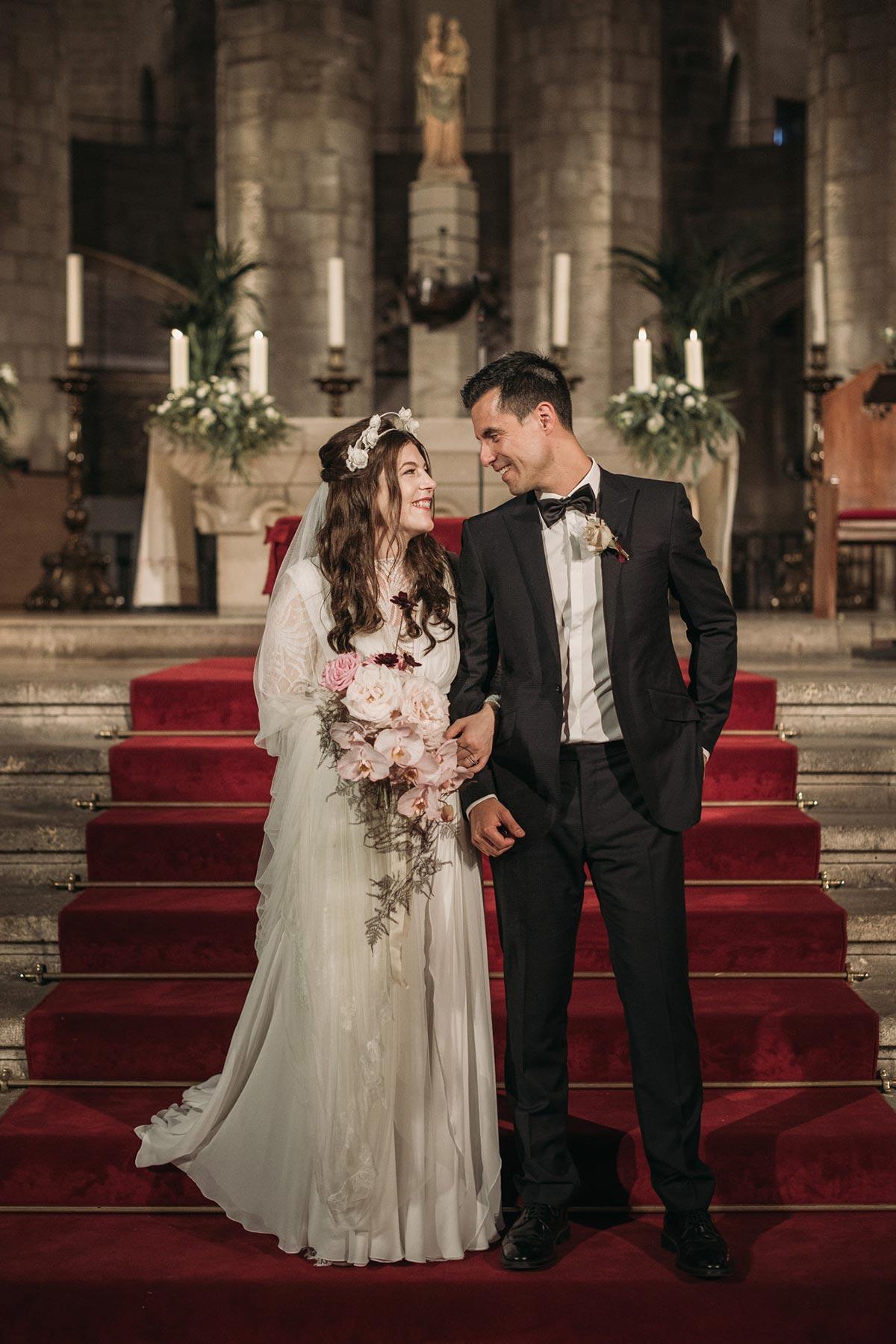 novios en el altar boda en la catedral del mar Barcelona