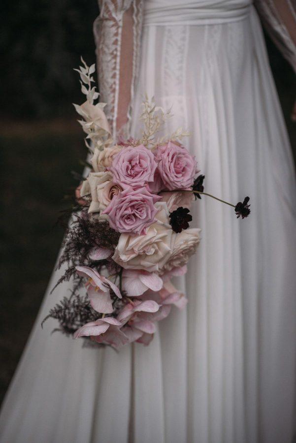 Boda de noche llena de luces | ramo romántico de novia | Bodas de Cuento