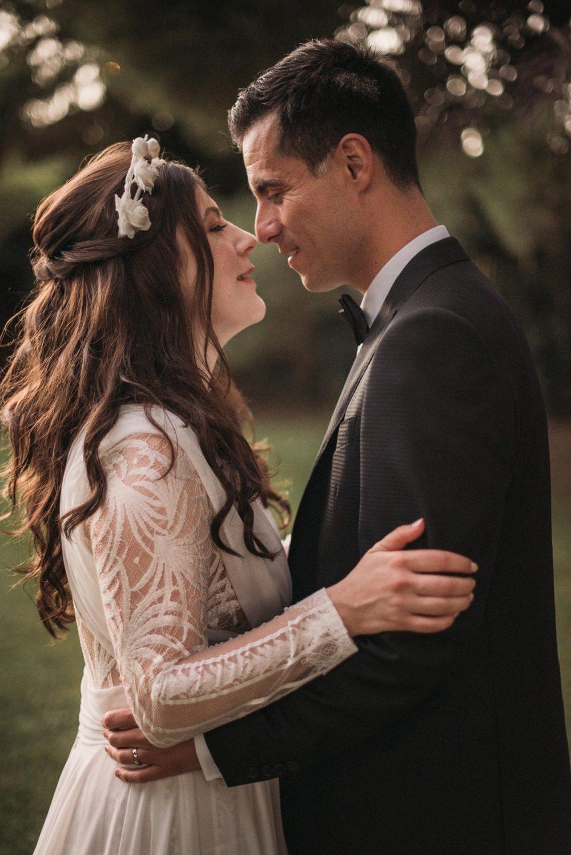 Fotografía de bodas novios beso vestido novia Yolancris corona flores blancas | Bodas de Cuento