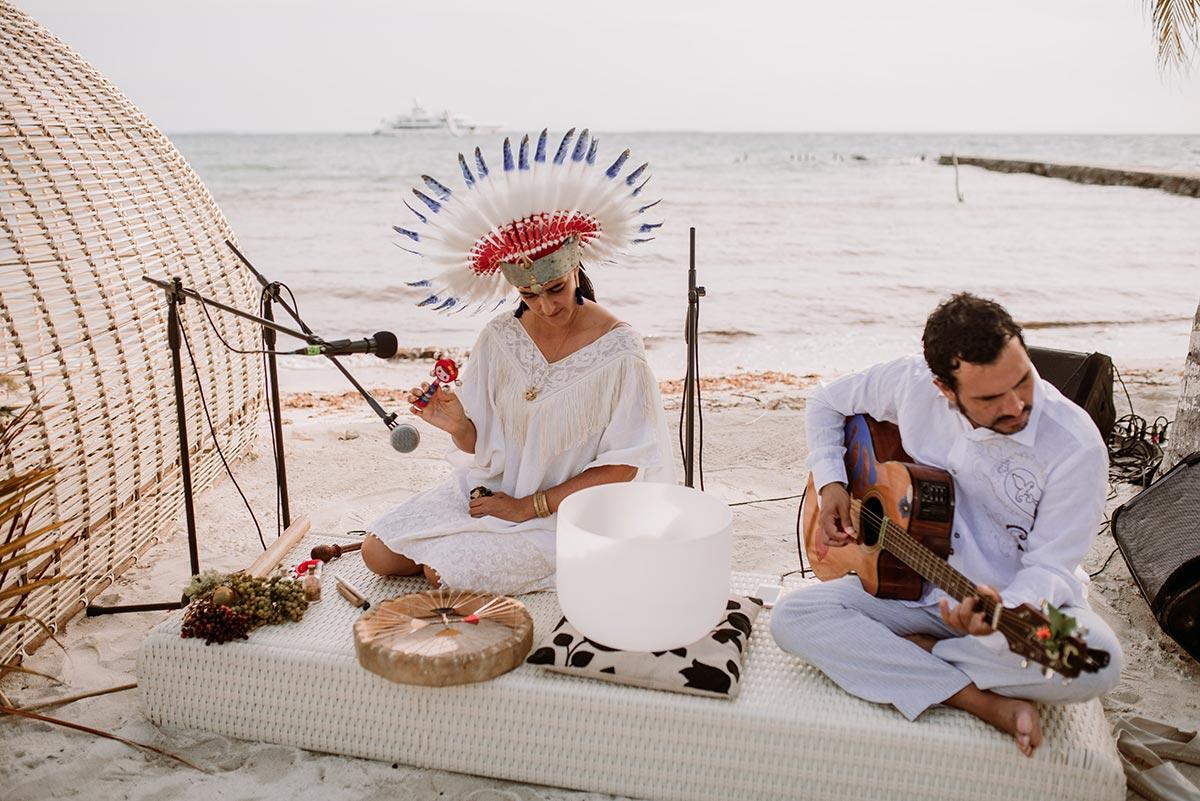 Musica indígena ceremonia en la playa Boda en una isla de Colombia. Luau Party | Bodas de Cuento