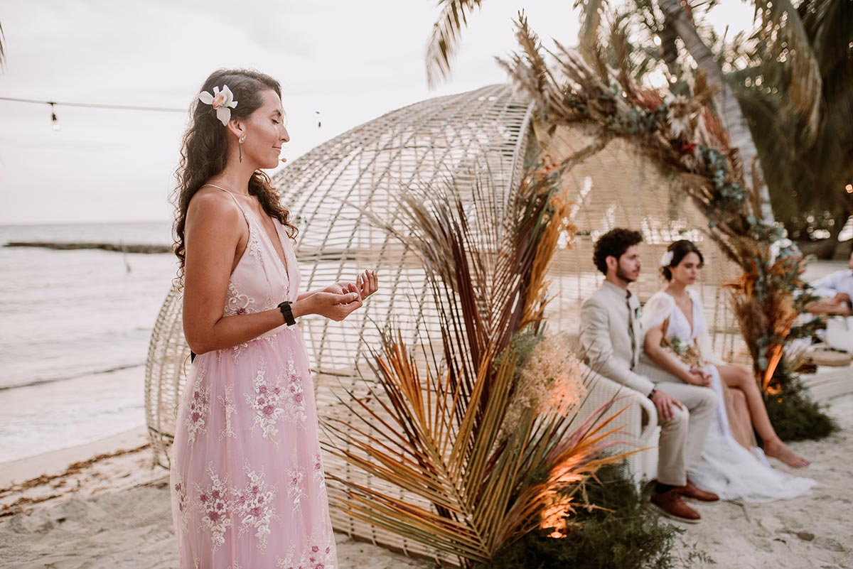 Ceremonia espiritual en la playa Boda en una isla de Colombia. Luau Party | Bodas de Cuento