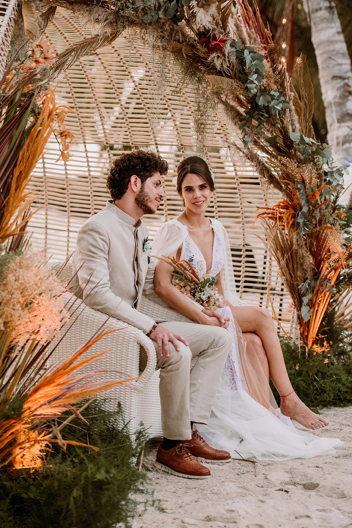 Ceremonia espiritual en la playa novios boda en una isla de Colombia. Luau Party | Bodas de Cuento