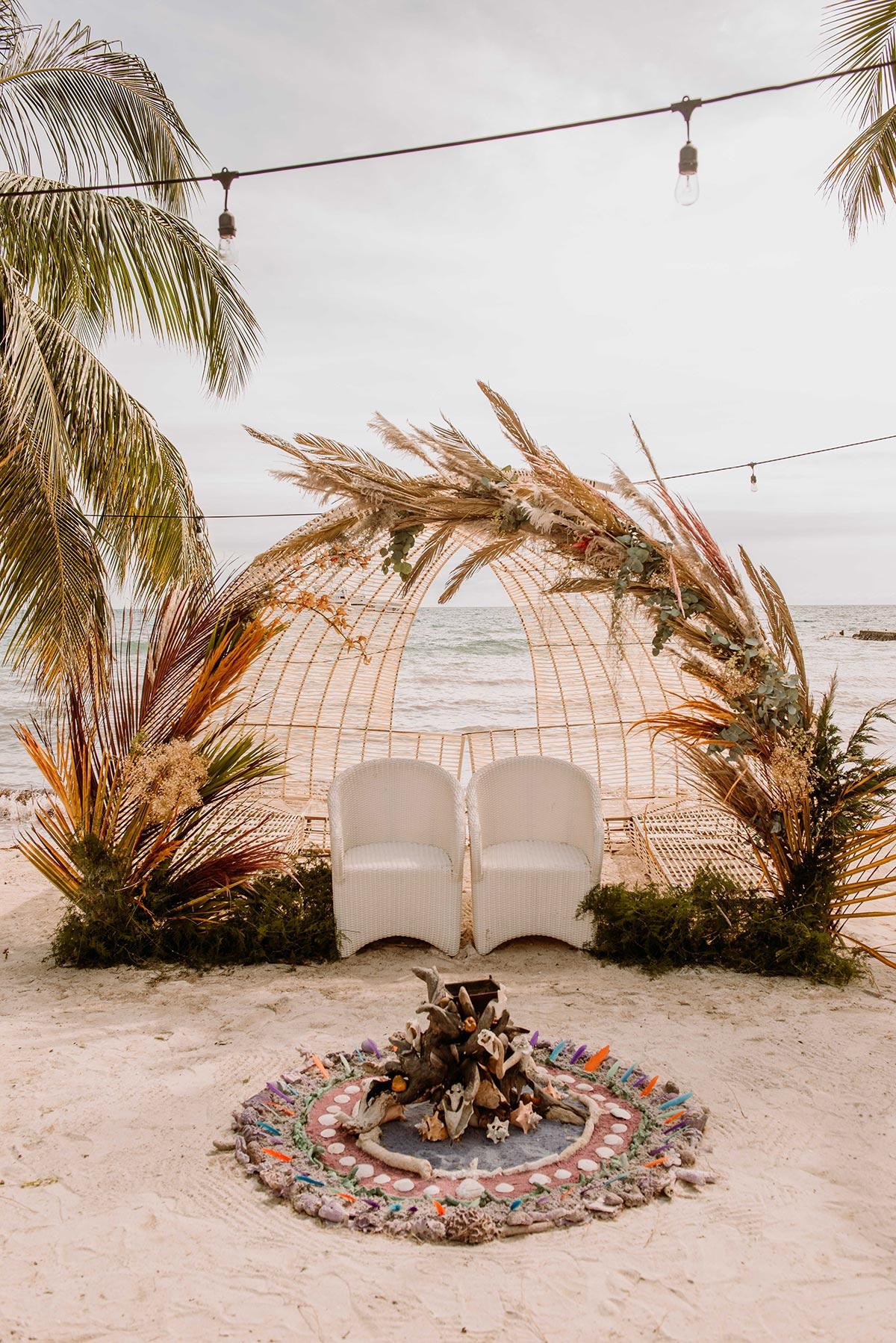 Ceremonia espiritual con decoracion de plumas en la playa Boda en una isla de Colombia. Luau Party | Bodas de Cuento