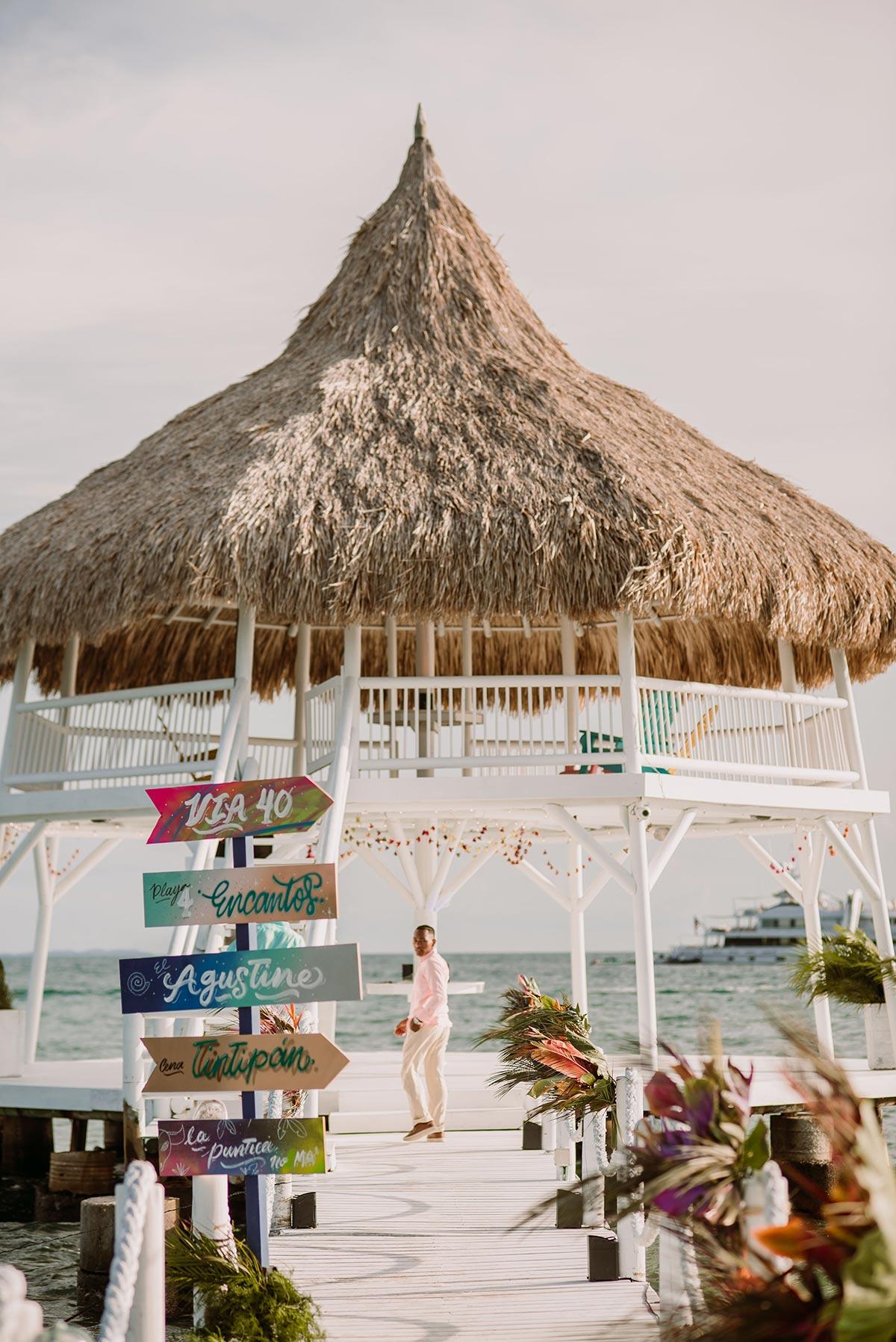 cabaña en la playa Boda en una isla de Colombia. Luau Party | Bodas de Cuento