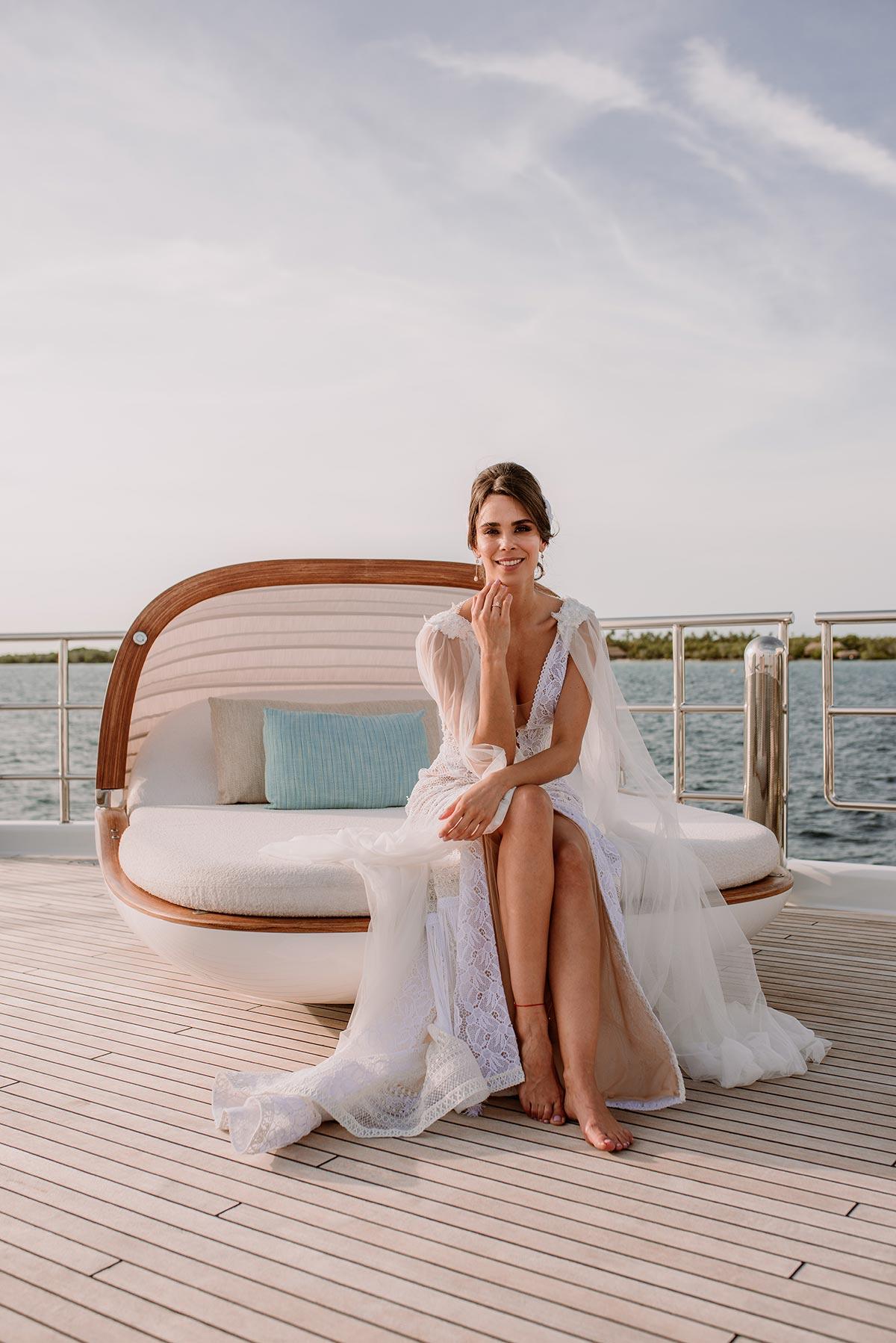 Novia en la cubierta de un barco. Boda en una isla de Colombia. Luau Party | Bodas de Cuento