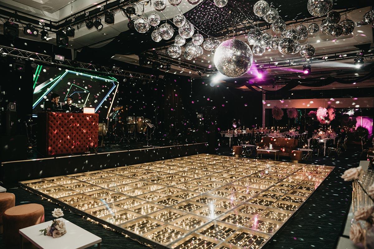 Pista de baile con bolas de espejos Bogota | Bodas de Cuento