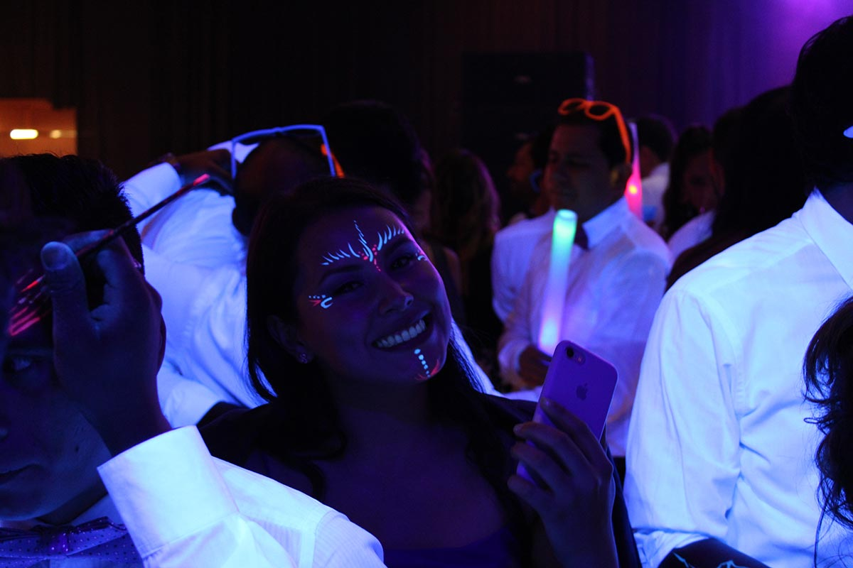 Tatuajes de fluogram fluorescentes para la hora loca de esta boda