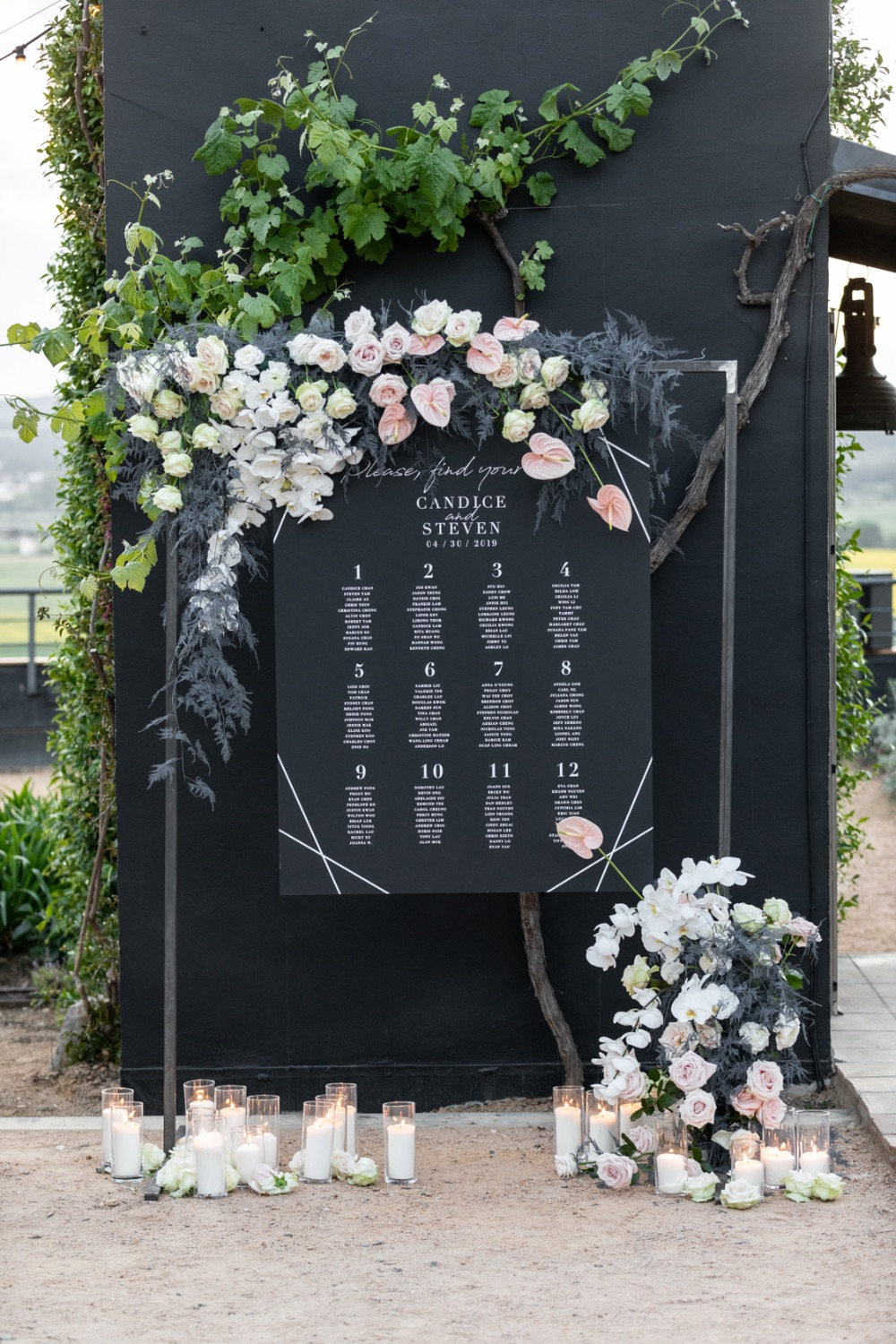 Seating plan black and flowers