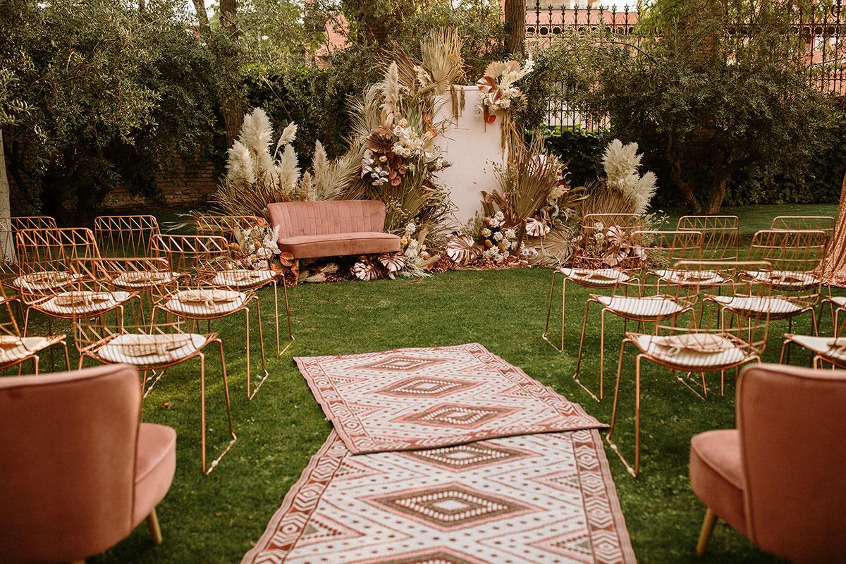 Ceremonia boda boho chic sofa velvet rosa alfombras sillas cobre pampas | Bodas de cuento