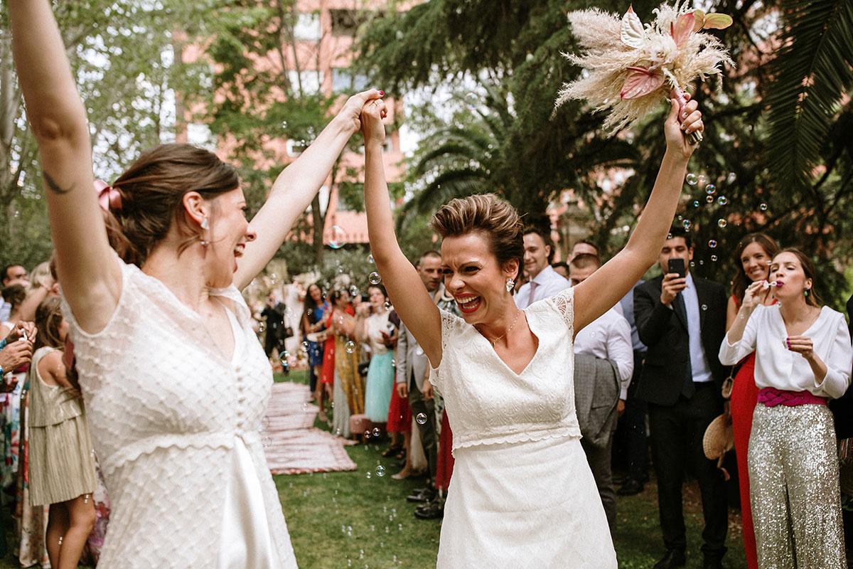 Salida de la ceremonia dos novias boda boho chic LGTB