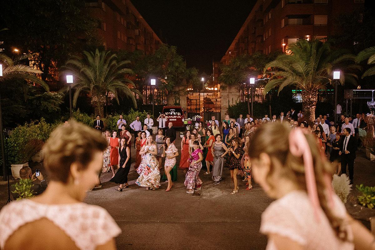 flashmob sorpresa de los invitados boda LGTB dos novias Bodas de Cuento