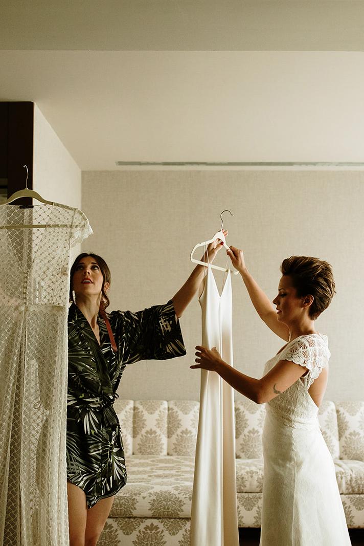 dos novias preparandose espejo kimonos boda LGTB boho chic