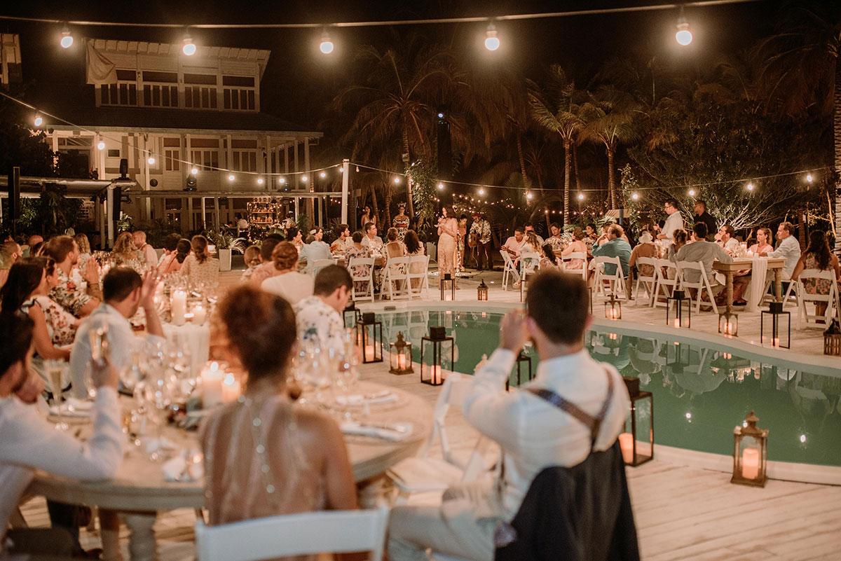 Cena alrededor de una piscina boda en una isla