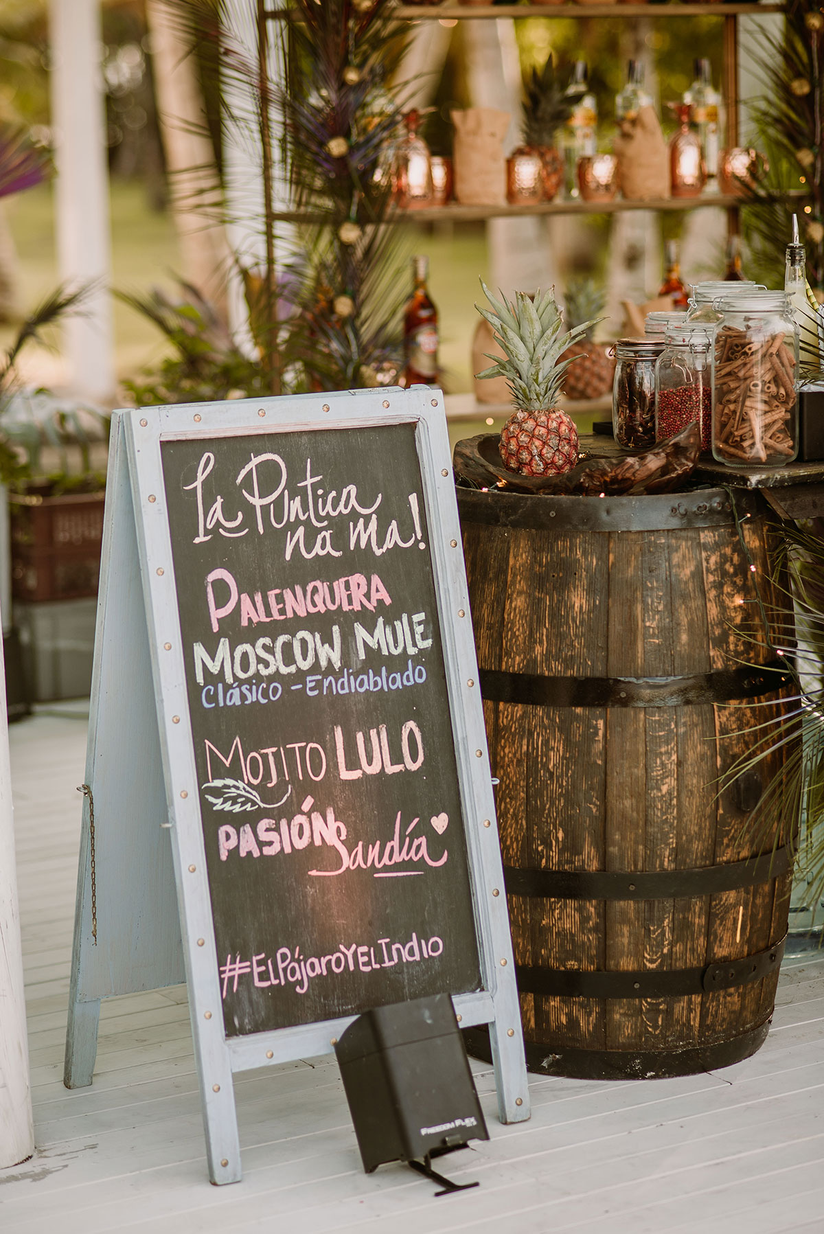 cartel cocteles bar tropical boda en una isla