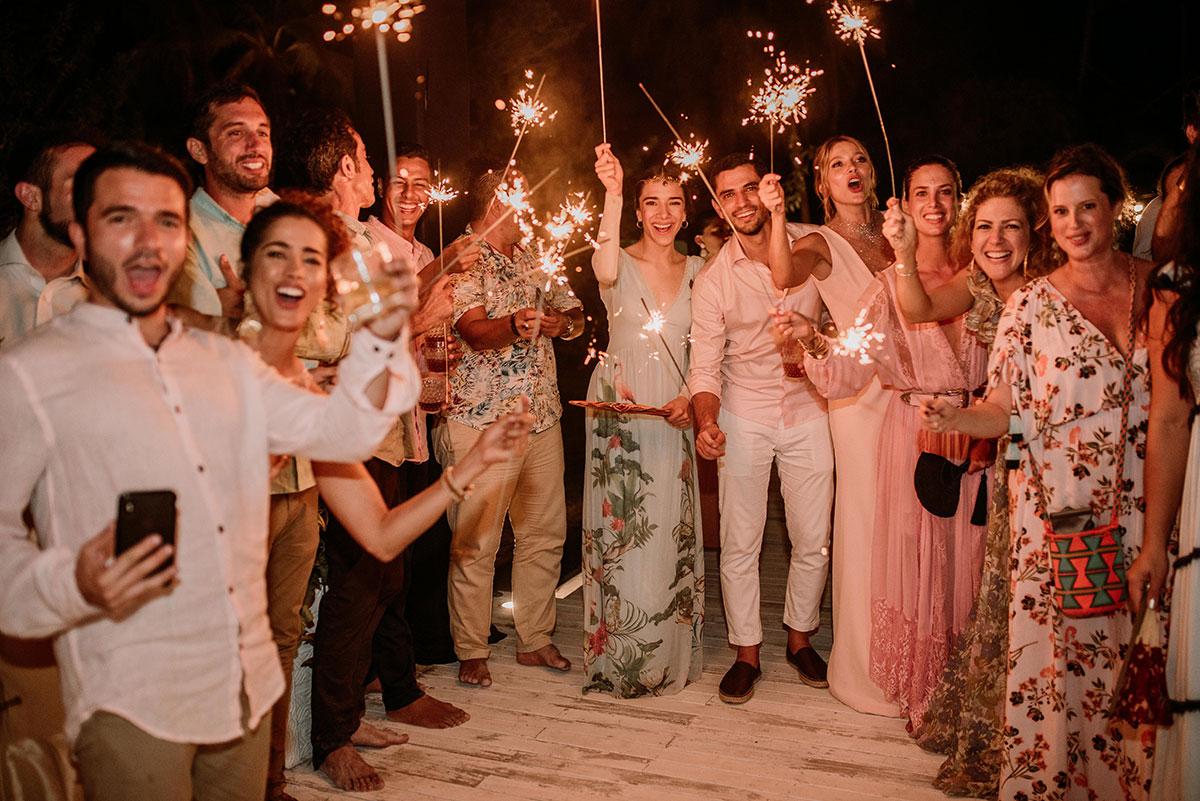 invitados con vengalas fiesta boda en una isla