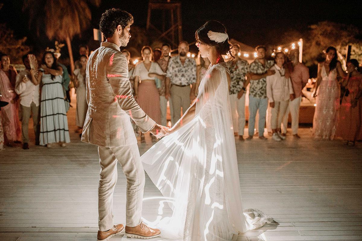 baile de los novios con luces boda en una isla