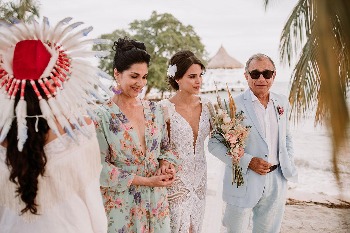 Entrada de la novia y los padres ceremonia espiritual en la playa boda en una isla de ocolombia Bodas de Cuento